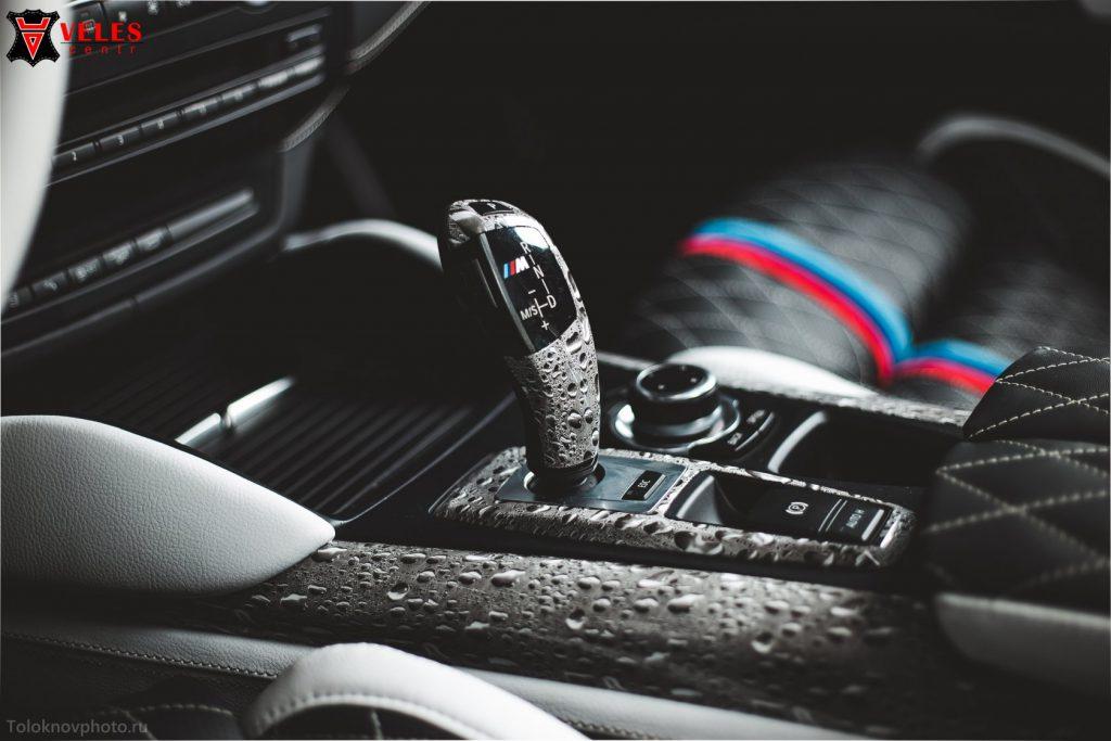 Перетяжка торпедо для BMW X6M в Москве