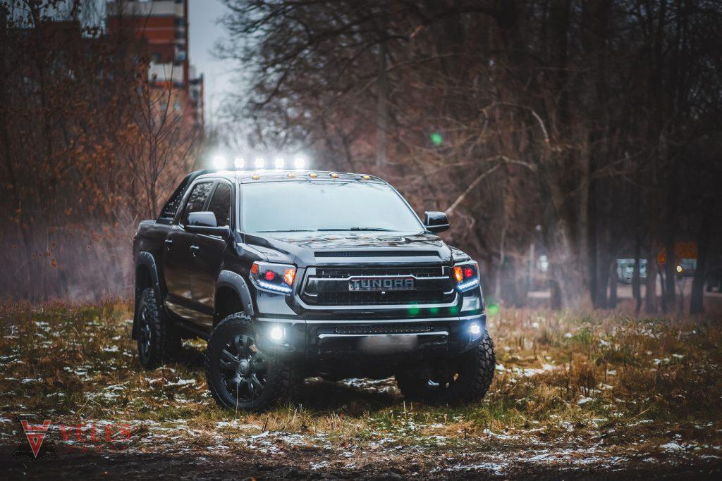Поклейка Toyota Tundra пленкой с дизайном в Москве
