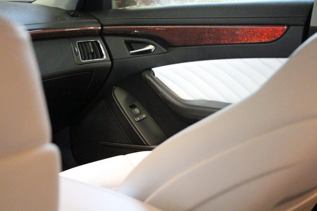 Перешив дверей в белоснежную искусственную кожу Cadillac в Москве