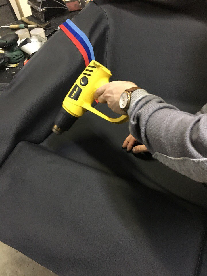 процесс укладки отшитого пола BMW в машину