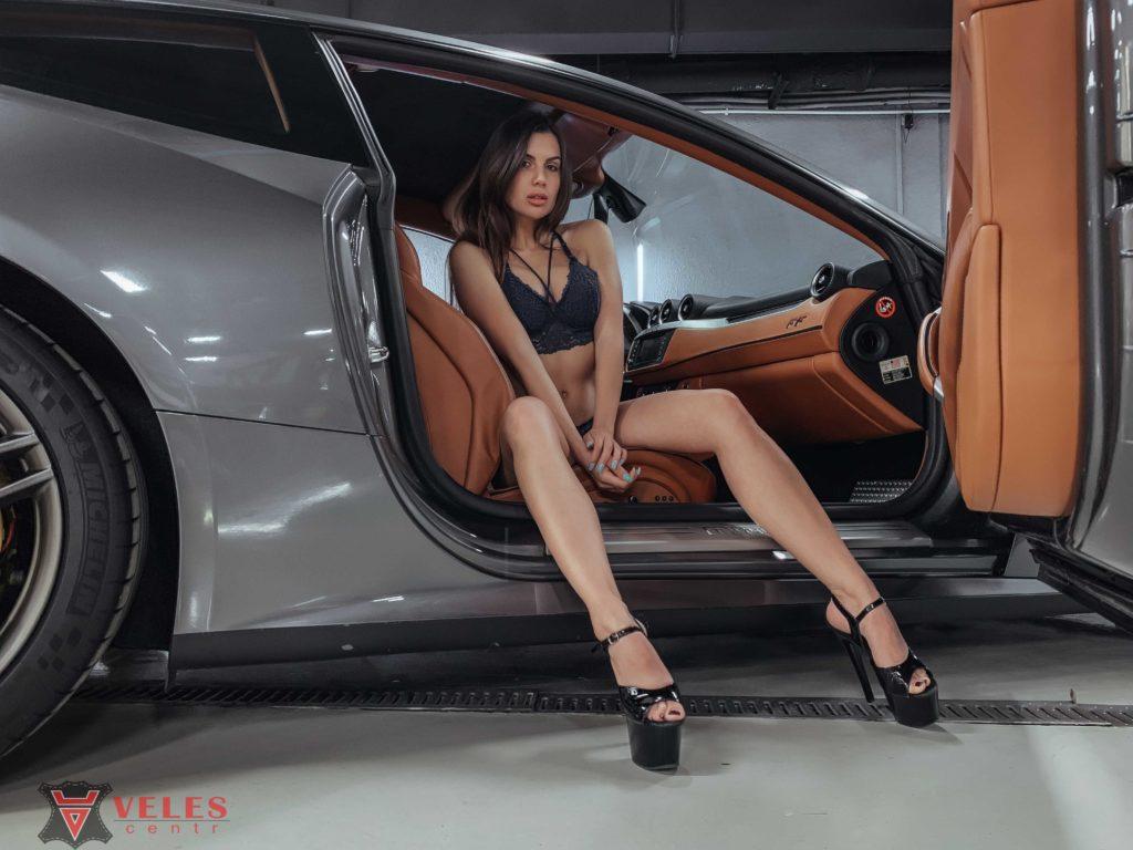 девушка и машина феррари